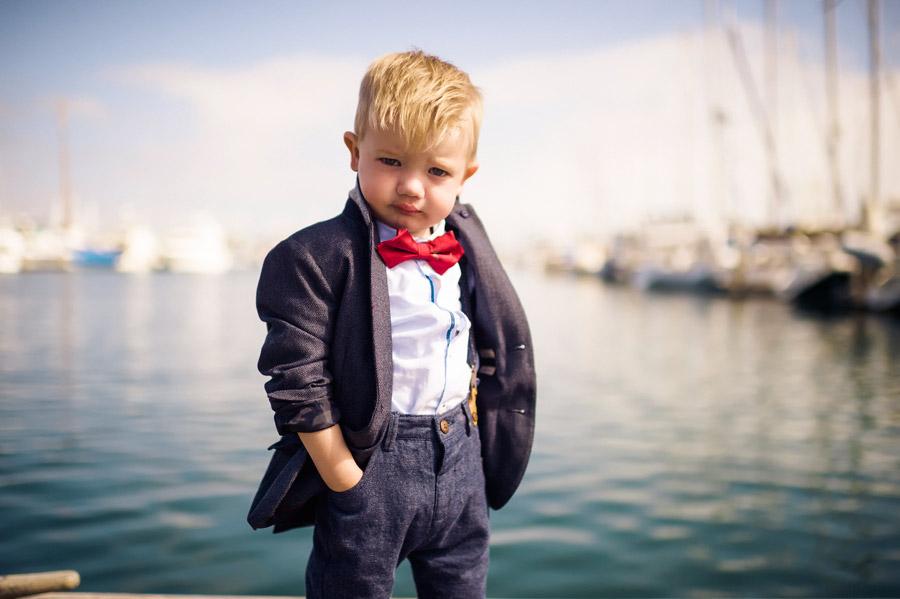 フリー写真 港でポーズをとる外国の男の子