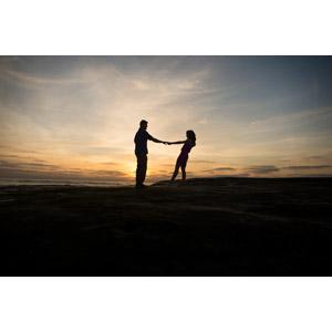 フリー写真, 人物, カップル, 恋人, シルエット(人物), 手をつなぐ, 愛(ラブ), 人と風景, ビーチ(砂浜), 夕暮れ(夕方), 夕焼け