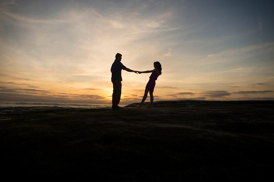 フリー写真 夕暮れのビーチで手をつなぐカップル