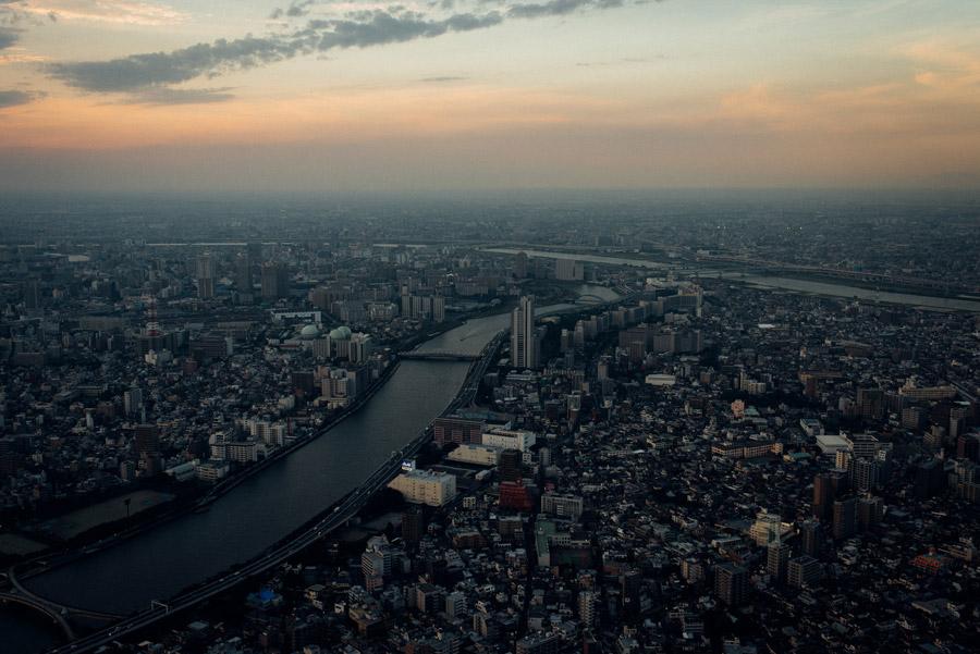 フリー写真 日の出前の東京都墨田区の街並みと隅田川