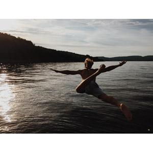 フリー写真, 人物, 男性, 外国人男性, 後ろ姿, 飛び込む(ダイブ), 湖, 湖水浴