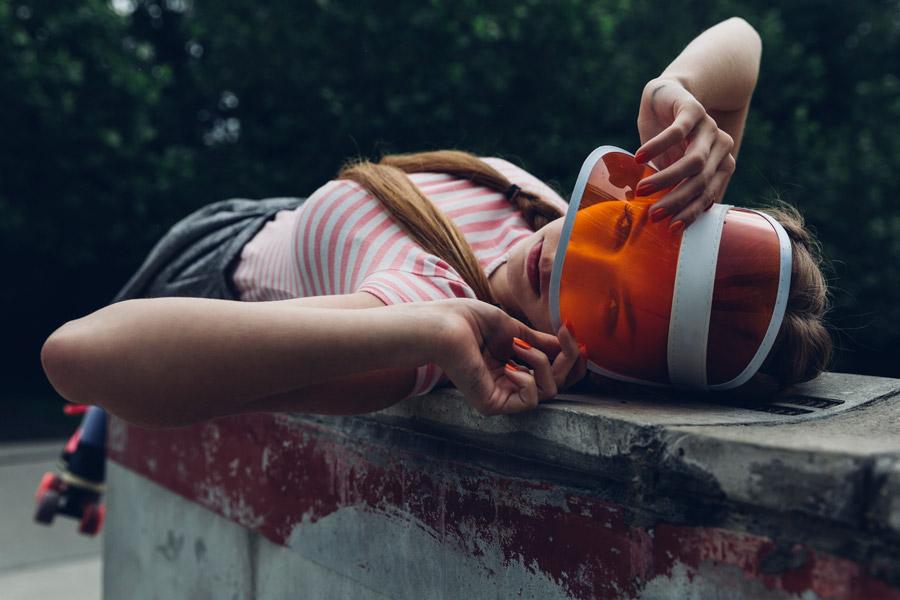 フリー写真 サンバイザーを被って寝転ぶ外国人女性