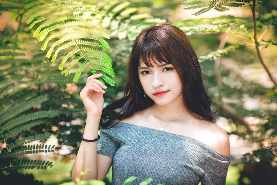 フリー写真 枝葉に囲まれる女性のポートレイト