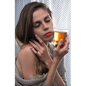 フリー写真, 人物, 女性, 外国人女性, ポーランド人, 目を閉じる, 飲み物(飲料), 紅茶, コップ