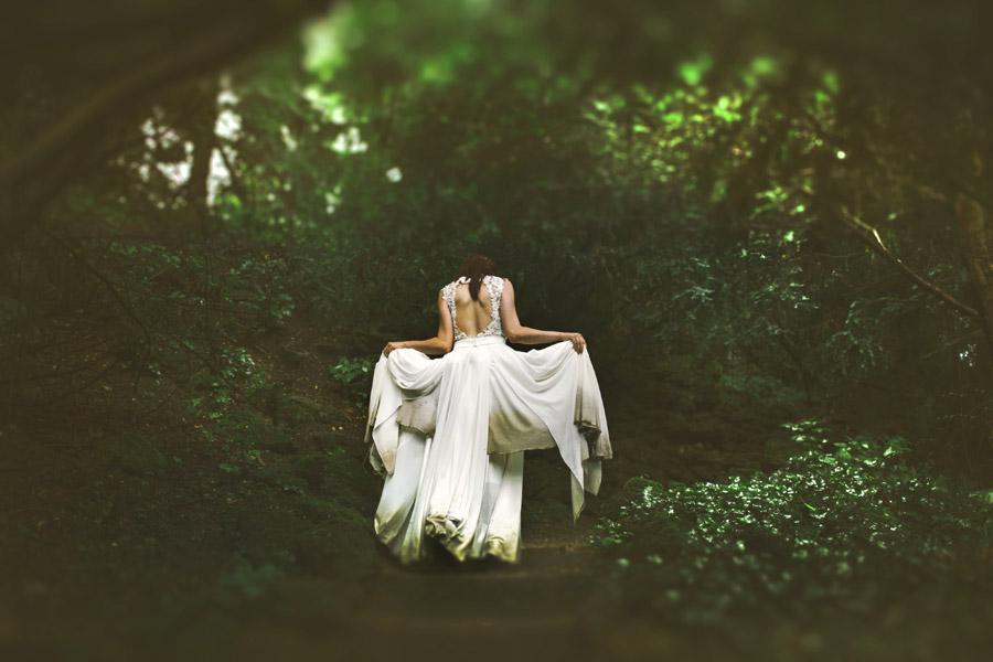 フリー写真 森の中でウェディングドレス姿の花嫁の後ろ姿