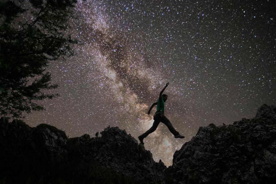 フリー写真 天の川と崖の上の人物