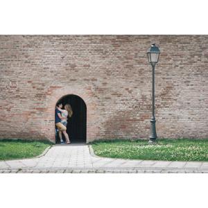 フリー写真, 人物, カップル, 恋人, 愛(ラブ), 抱き合う, 人と風景, 街灯, レンガ