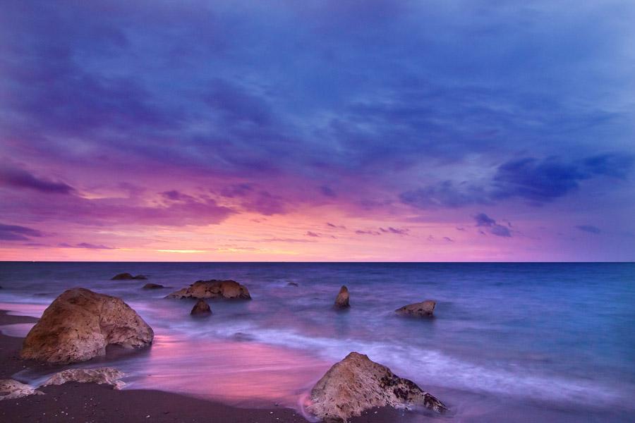 フリー写真 浜辺の岩と夕暮れの海の風景