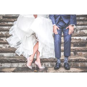 フリー写真, 人物, カップル, 花婿(新郎), 花嫁(新婦), 結婚式(ブライダル), ウェディングドレス, タキシード, 人体, 足, 脚, 二人, 階段