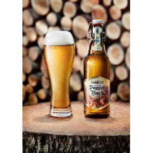 フリー写真, 飲み物(飲料), お酒, ビール, ビールグラス, 切り株, 薪