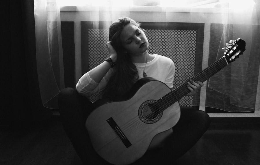 フリー写真 ギターを持って目を閉じる外国人女性