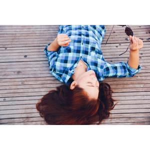 フリー写真, 人物, 女性, シャツ, 寝転ぶ, 仰向け, サングラス