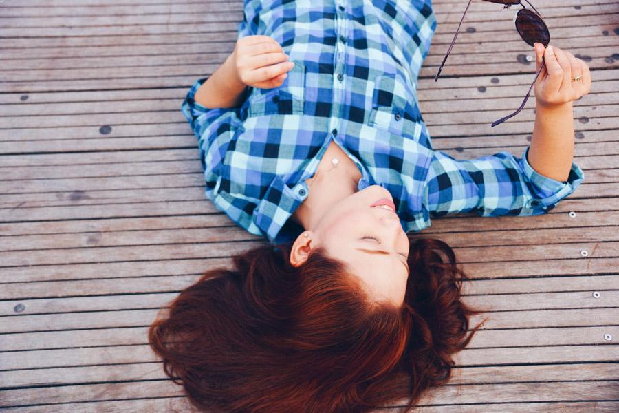 フリー写真 デッキの上に寝転ぶ女性