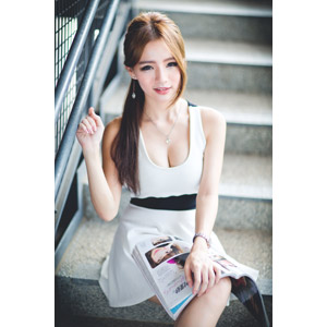 フリー写真, 人物, 女性, アジア人女性, Dora(00078), 中国人, 座る(階段), 雑誌, ワンピース