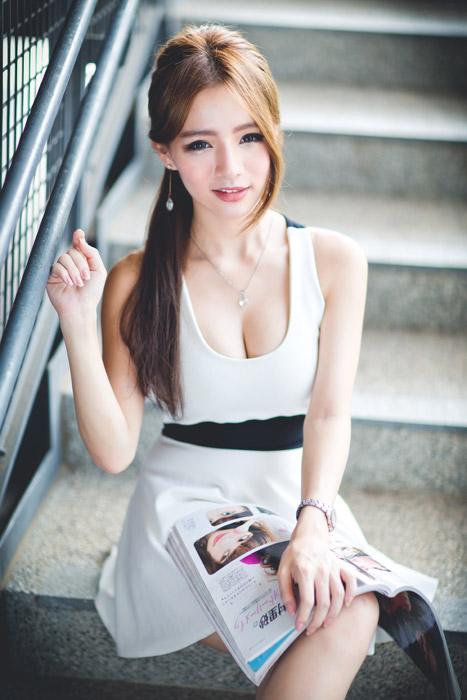 フリー写真 階段に座って雑誌を読む女性