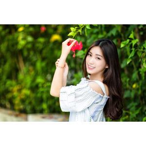 フリー写真, 人物, 女性, アジア人女性, 楚珊(00053), 中国人, 人と花, ハイビスカス, 花, 赤色の花