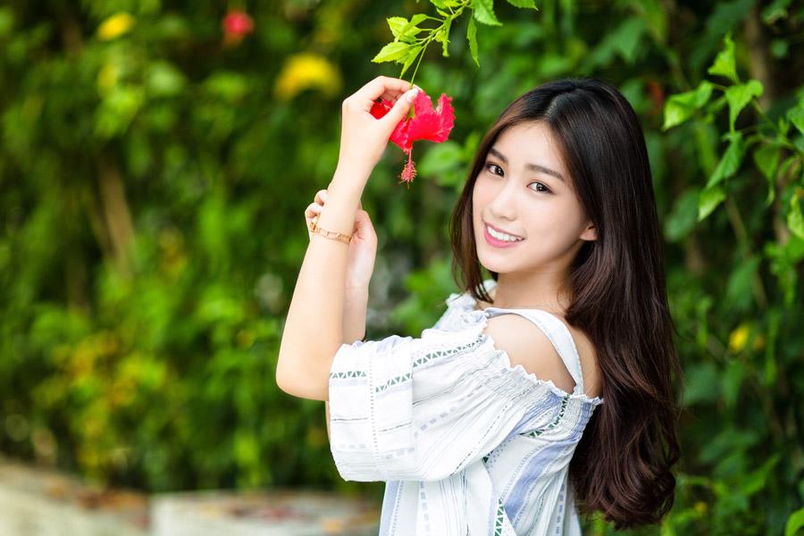 フリー写真 ハイビスカスの花を手に持つ女性
