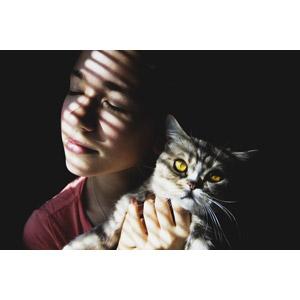 フリー写真, 人物, 女性, 外国人女性, ウクライナ人, 目を閉じる, 人と動物, 動物, 哺乳類, 猫(ネコ), 黒背景