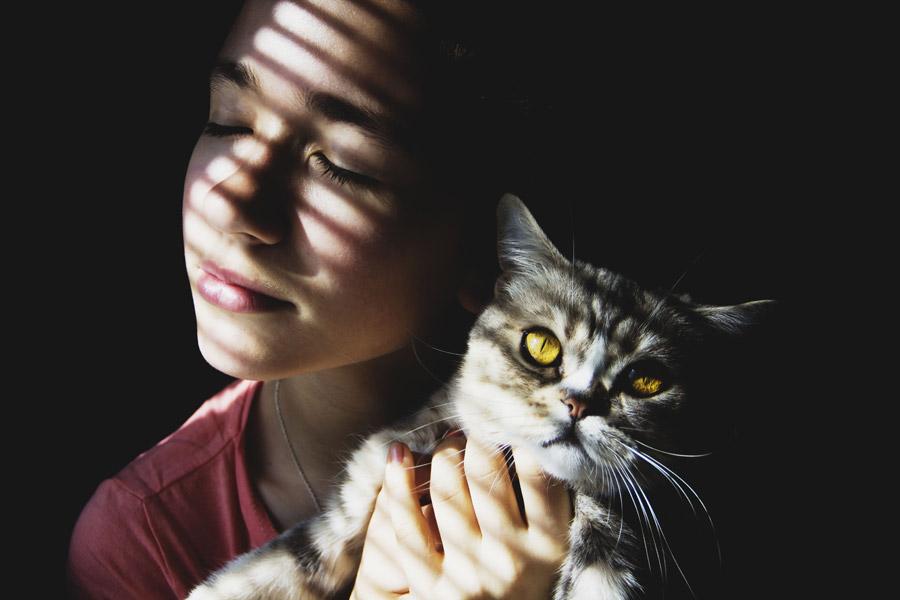 フリー写真 ペットの猫と目を閉じる外国人女性