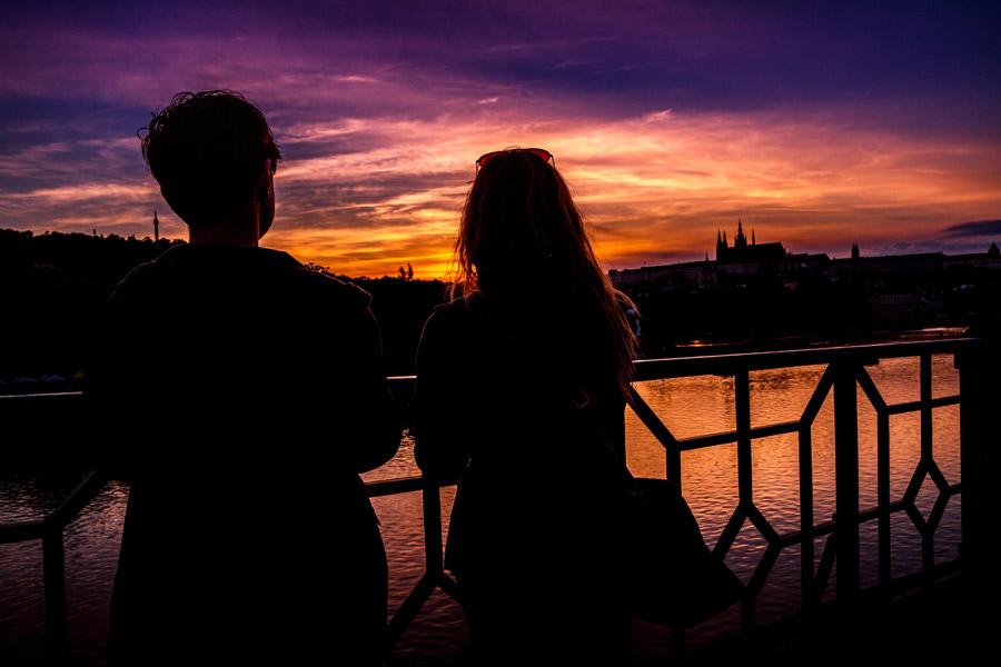 フリー写真 夕陽と川岸のカップル