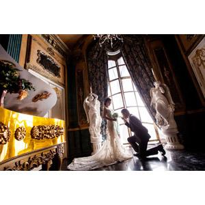フリー写真, 人物, カップル, 花婿(新郎), 花嫁(新婦), キス(口づけ), 愛(ラブ), 結婚式(ブライダル), ウェディングドレス, 片膝をつく, 跪く, 人と風景, 部屋