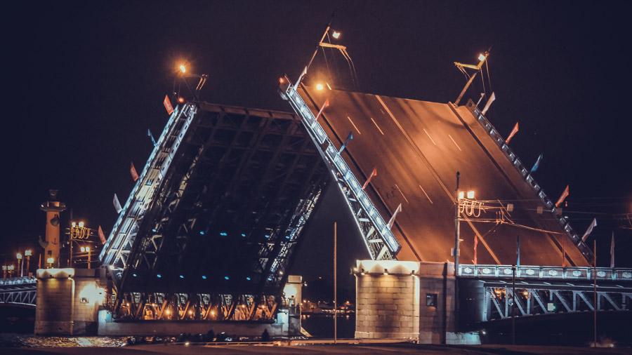 フリー写真 夜中に跳ね上がるドヴォルツォヴィ橋の風景