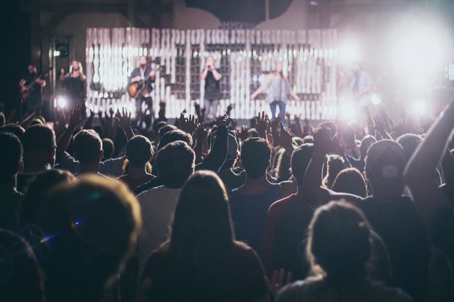 フリー写真 ステージ上のミュージシャンと熱狂する観客たち
