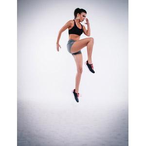 フリー写真, 人物, 女性, 外国人女性, イギリス人, 運動, 跳ぶ(ジャンプ), 雪, スポーツブラ, ショートパンツ