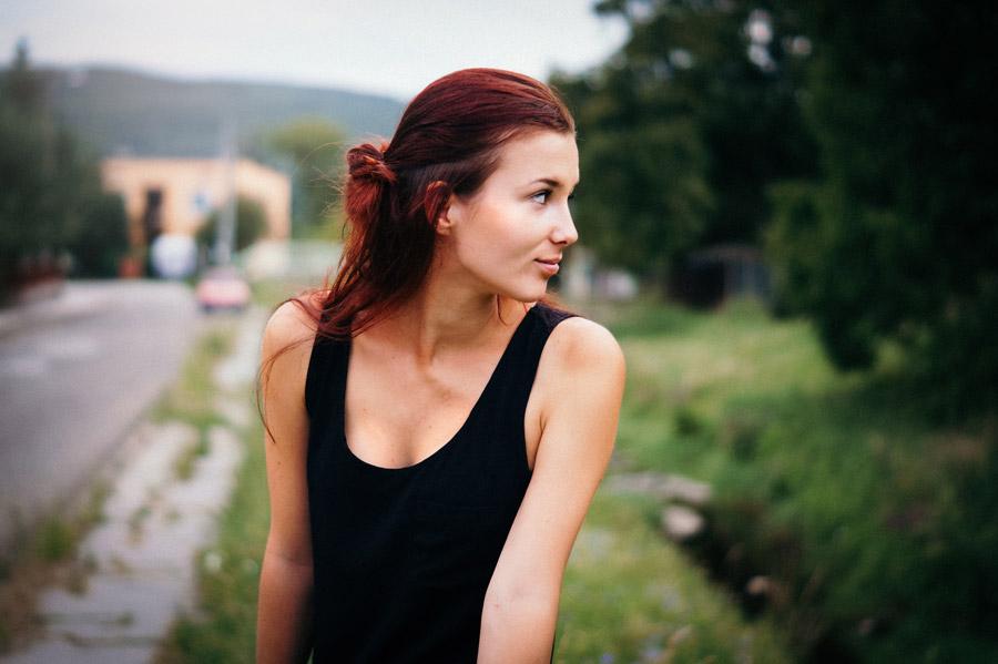 フリー写真 タンクトップ姿で横を向いている外国人女性