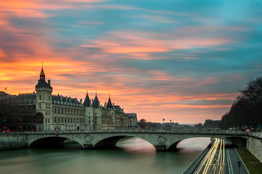 フリー写真 夕暮れのコンシェルジュリーとシャンジュ橋