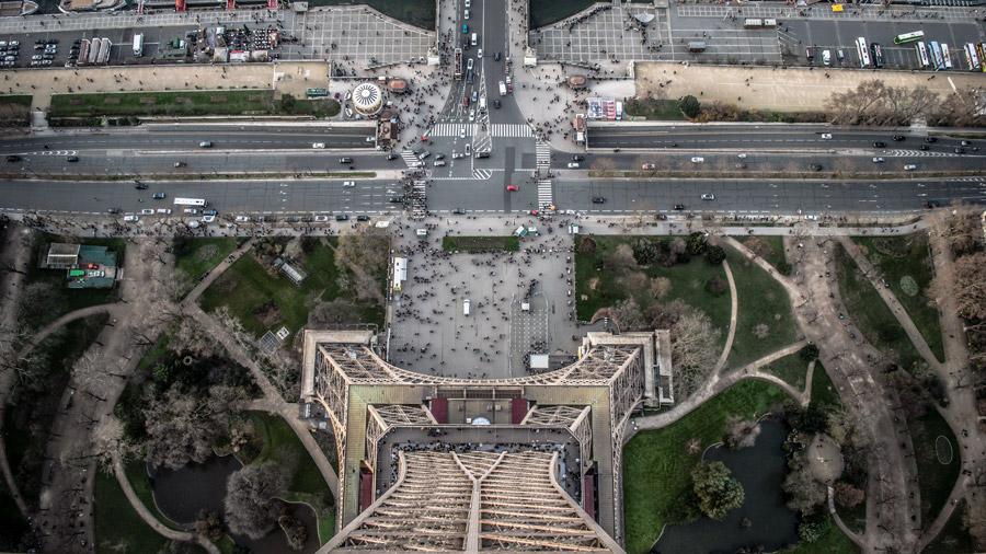 フリー写真 エッフェル塔から真下に見下ろす景色