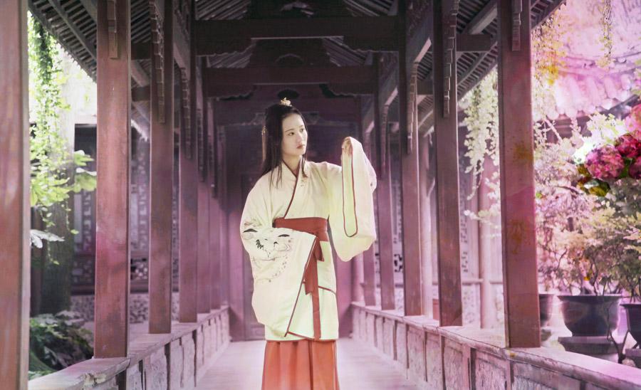 フリー写真 漢服姿で回廊に立つ女性