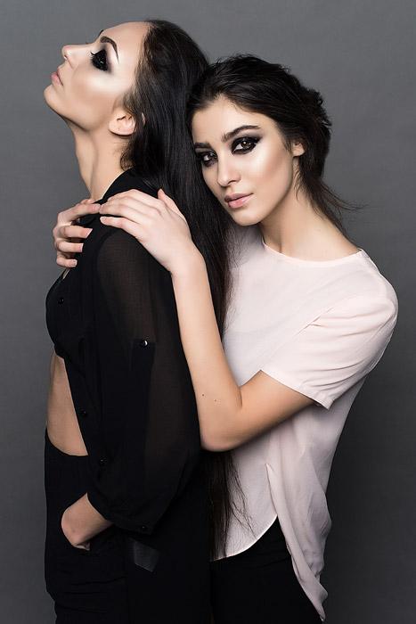 フリー写真 横を向いている女性と後ろから抱きつく女性