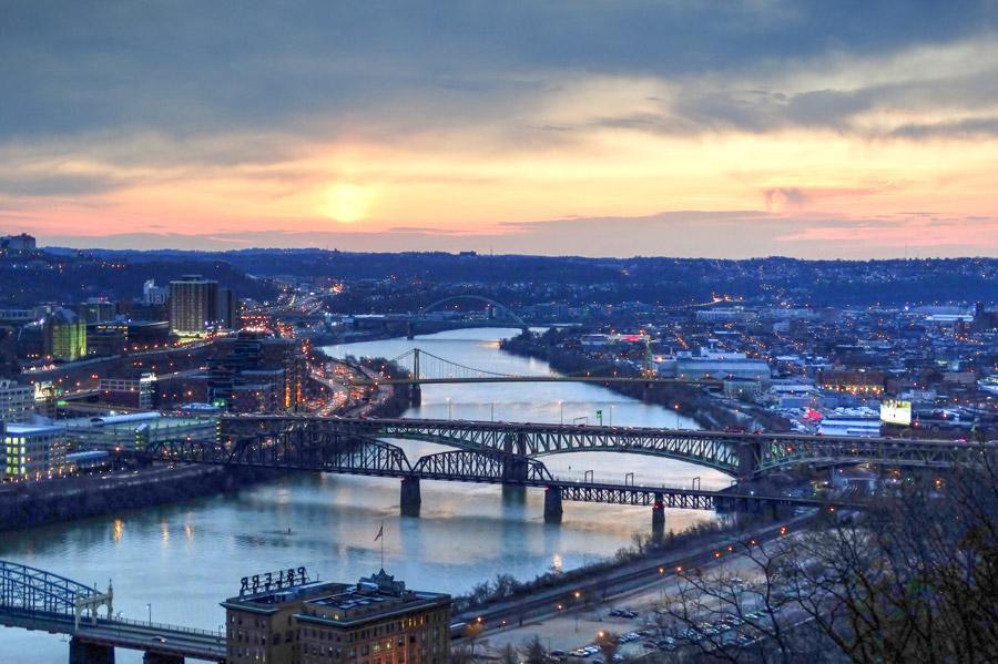 フリー写真 朝日とモノンガヒラ川にかかる橋の風景