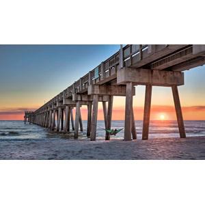 フリー写真, 風景, 建造物, 桟橋, 海, ビーチ(砂浜), 夕暮れ(夕方), 夕焼け, 夕日, 日の入り, 人と風景, ハンモック
