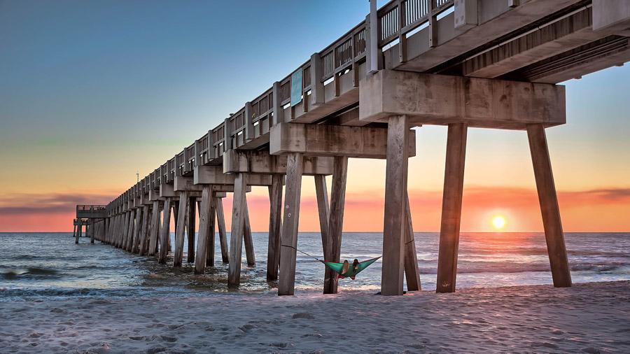 フリー写真 夕日とハンモックがかけられた桟橋