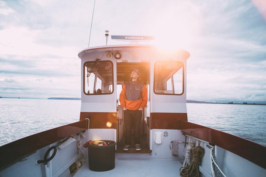 フリー写真 漁船に乗るアメリカの漁師