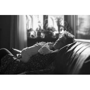 フリー写真, 人物, 祖母(おばあさん), シニア女性, 老人, 孫, 赤ちゃん, 寝る(寝顔), 座る(ソファー), モノクロ