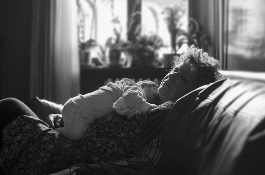 フリー写真 孫の赤ちゃんと一緒に眠るおばあさん