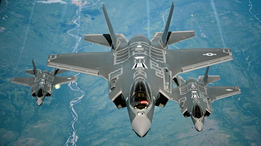 フリー写真 編隊を組んで飛ぶF-35AライトニングII