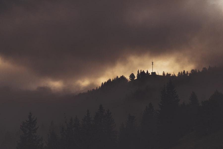 フリー写真 暗雲に覆われる山の風景