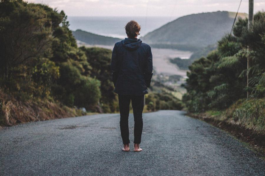 フリー写真 坂道に立つ男性の後ろ姿