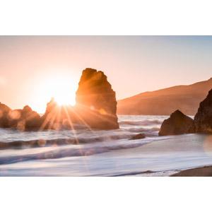 フリー写真, 風景, 自然, 夕暮れ(夕方), 夕焼け, 夕日, 太陽光(日光), 岩, 海, ビーチ(砂浜), アメリカの風景