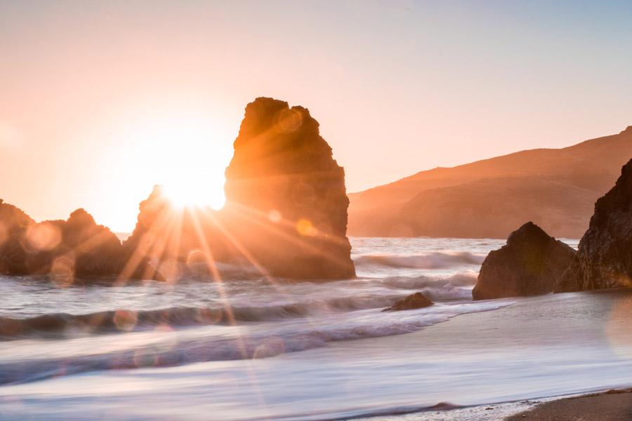 フリー写真 夕日の光と海岸の岩と海の風景