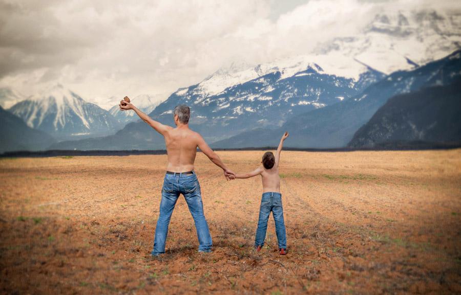 フリー写真 山の風景と手をつなぐ父と息子の後ろ姿