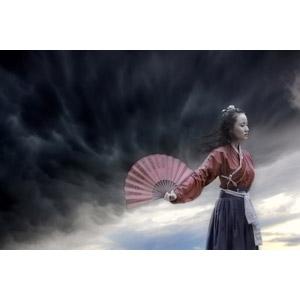 フリー写真, 人物, 女性, アジア人女性, 中国人, 漢服, 人と風景, 暗雲, 扇子, 髪がなびく