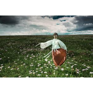 フリー写真, 人物, 女性, アジア人女性, 中国人, 漢服, 人と風景, 人と花, 草原, 雲, 踊る(ダンス)