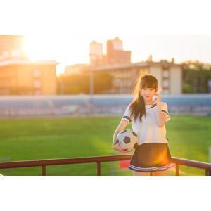 フリー写真, 人物, 女性, アジア人女性, 嚴琪琪(00273), 中国人, 少女, アジアの少女, 学生(生徒), 高校生, 学生服, セーラー服(学生服), サッカーボール, 夕暮れ(夕方), サッカー