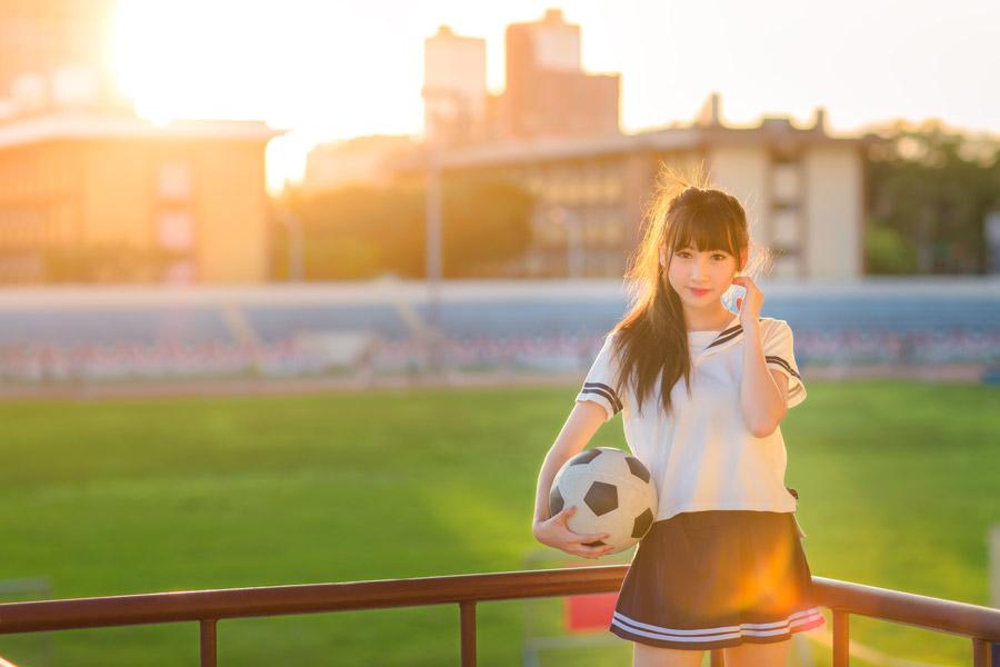 フリー写真 セーラー服姿でサッカーボールを持つ女子高生