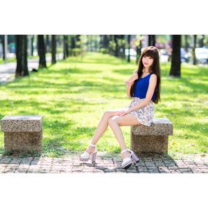 フリー写真, 人物, 女性, アジア人女性, 嚴琪琪(00273), 中国人, 座る(ベンチ), ノースリーブ, ミニスカート